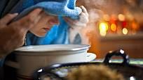 Bylinný nálev poslouží nejen k pití, ale i k napařování, které pročistí dýchací cesty a uvolňuje dutiny