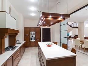Osvětlení moderní kuchyně.