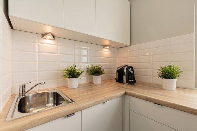 Do malé kuchyně se hodí světlá kuchyňská linka včetně světlé pracovní plochy.