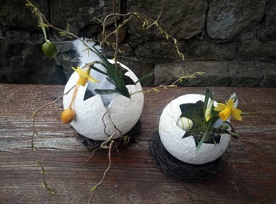 Aby se vajíčka nekutálela po stole, podložte je věnečkem z proutí.