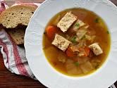 Polévka z bílého zelí se ve Francii obvykle vaří bez uzenin.