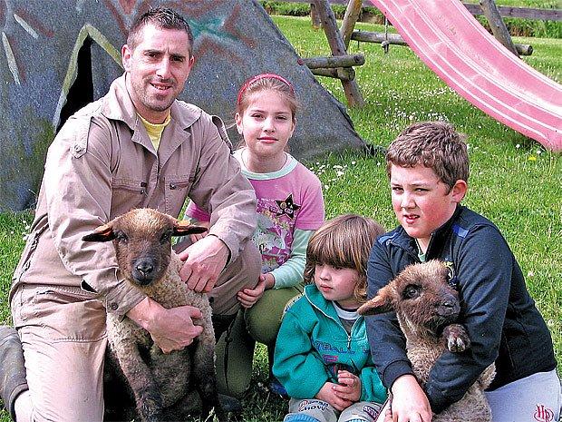 S pomocnými pracemi chovateli Josefu Pazderovi pomáhá celá rodina