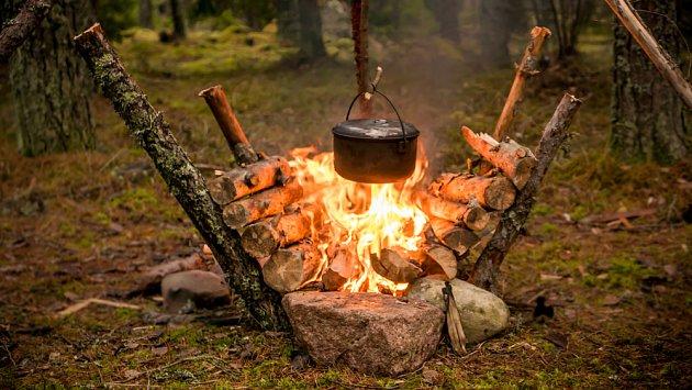 Ohniště pro lenochy - polena se postupně sesouvají do ohniště a není třeba přikládat.