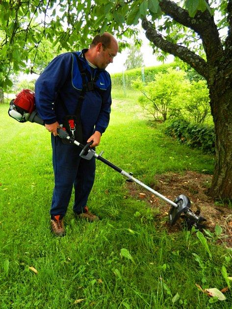 Křovinořez s adaptérem umožní kypření půdy.