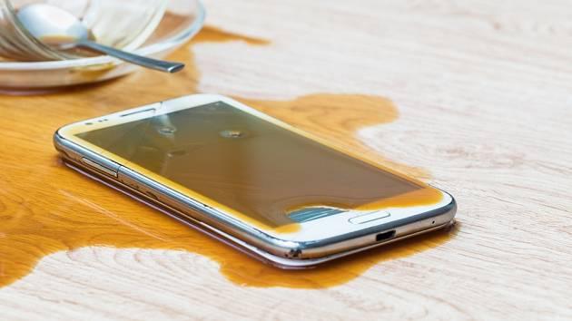 Mobil politý kávou je možné zachránit vhodným zásahem.