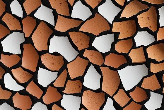 Při tvorbě mozaiky můžeme využít i přirozené barevnosti vaječných skořápek.