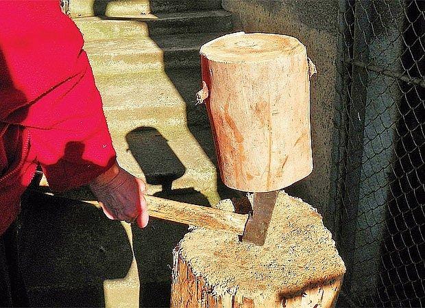 Při štípání si pomůžeme vahou samotného špalku.