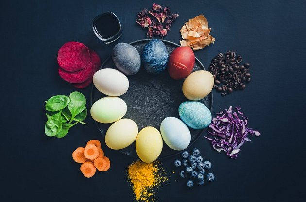 Přírodní barviva na vajíčka.