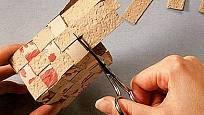 Malými nůžkami odstřihneme přesahující svislé proužky.