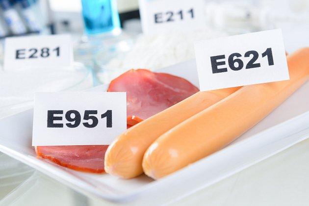 Glutaman sodný se označuje jako E621 a často bývá přidáván do uzenin.
