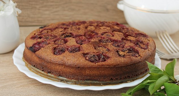 koláč s kakaem a třešněmi