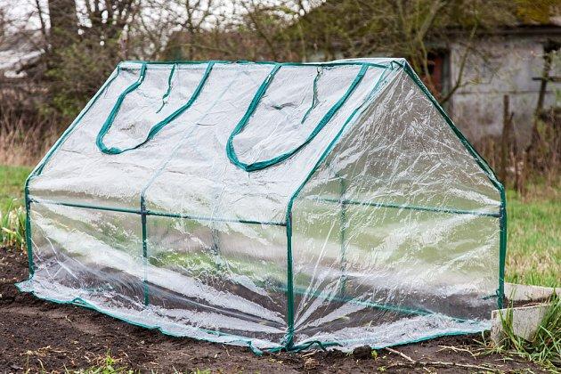 Mini foliový kryt prohřeje vzduch i půdu pod sebou