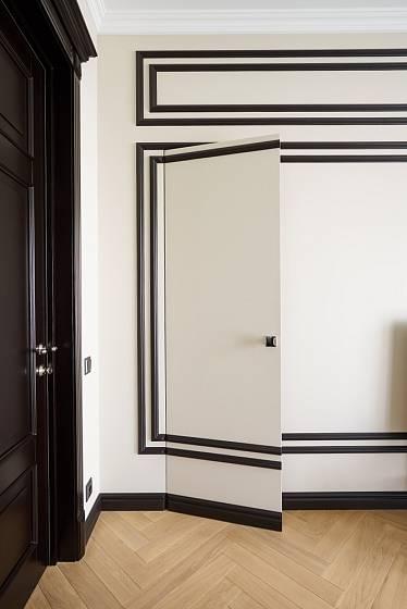 Dveře ukryté ve zdi