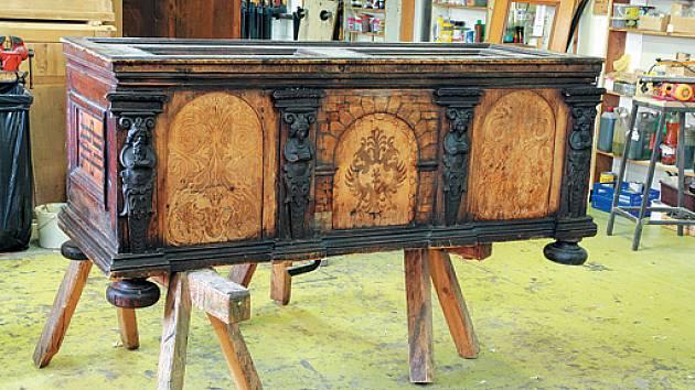 Renesanční truhla s gotickou deskou a výplněmi