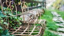 Zahradě ve vintage stylu nějaká ta troška rzi neuškodí.