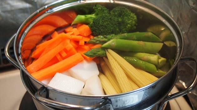 Vaření zeleniny v páře.