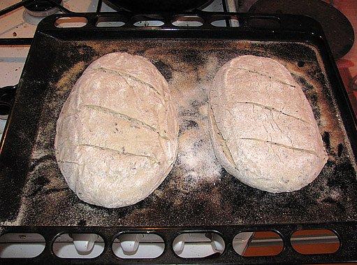 chleby nařežeme a dáme péct