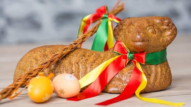 Velikonoční beránek, pomlázka, kraslice.