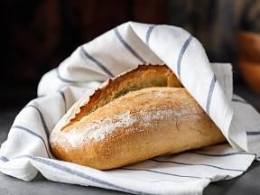 Chléb zabalený v utěrce může dýchat