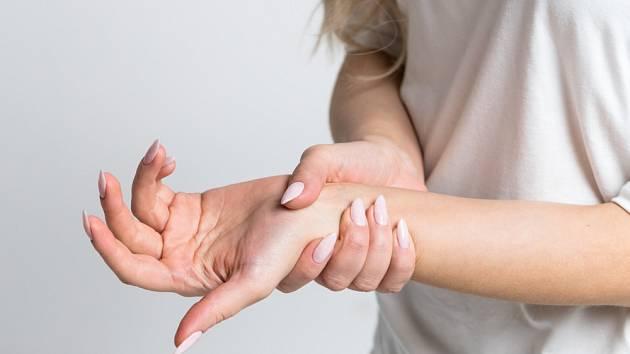 Co způsobuje brnění rukou?