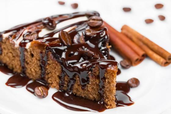 Koláč či dort s kávovým likérem potěší dospělé.