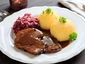 Kančí maso můžete podávat i s bramborovým knedlíkem a zelím.