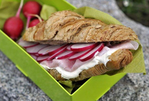Croissant s šunkovými rolkami.
