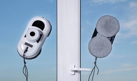 Robotické čističe oken pronikají i do domácností.
