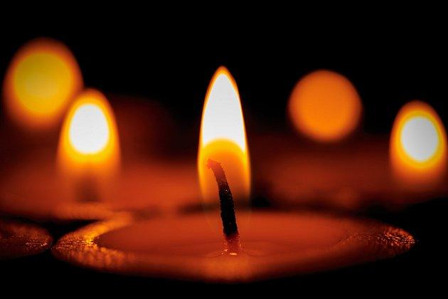 Plamen svíčky vydává příjemné světlo teplých odstínů