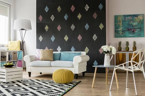 Využití tabulové barvy v obývacím pokoji.
