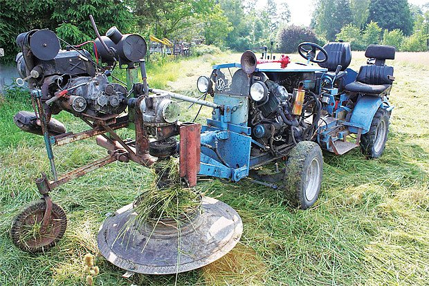 Doma postavený zahradní traktor se sekačkou