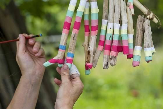 Očištěné naplavené dřevo můžeme přizdobit i barvami.