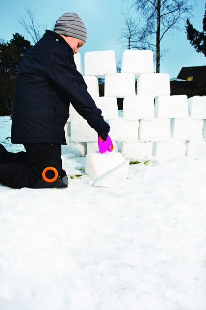 nářadí, které je uzpůsobeno svou velikostí pro děti, se při budování iglú hodí