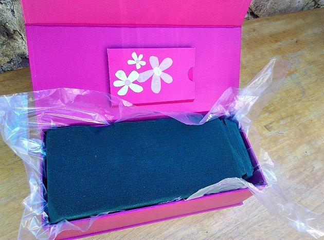 Krabičku s igelitem vyplníme aranžovací hmotou.