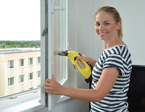V případě, že máte starší typ oken a jsou šroubovací, čeká vás bohužel více práce s jejich rozšroubováním, umytím, důkladným vyleštěním a až poté následným zašroubováním.