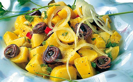 Bramborový salát se sardelkami