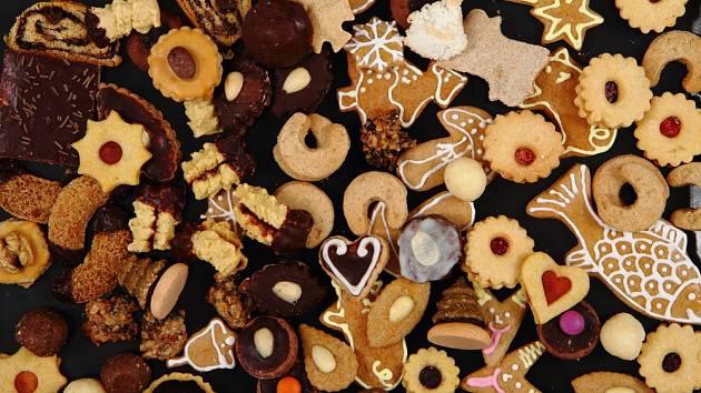 Pestrá kolekce vánočního cukroví.