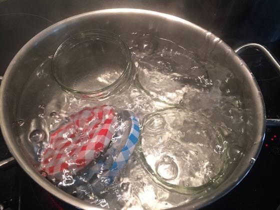 Na začátku zavařování by měla být důkladná sterilace sklenic a víček.