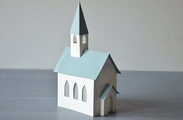 Papírový kostelík uvnitř rozsvítí LED čajová svíčka