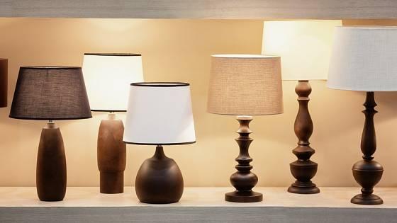 Dřevěné stolní lampy s textilními stínidly.