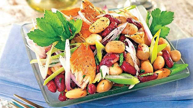 Fazolový salát s uzenou makrelou