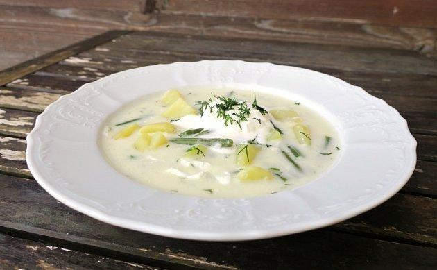 Fazolková polévka s koprem.