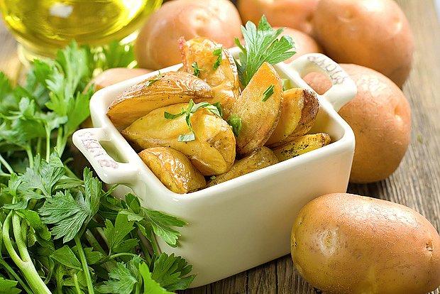 Brambory jsou zdravé syrové, vařené i pečené