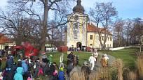 Areál zámeckého parku tvoří ve Ctěnicích skvělou kulisu masopustnímu průvodu.