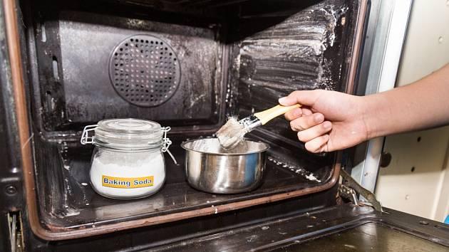 Čištění trouby pastou z jedlé sody.
