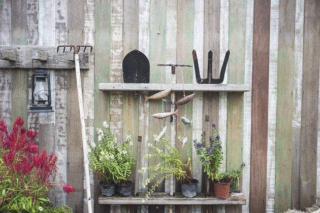 Regál vytvoříte snadno, a na něj vystavte vše, co se do vintage zahrady hodí.