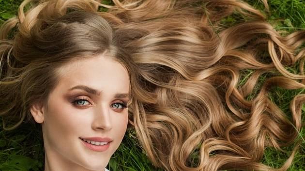 Zkuste si zesvětlit vlasy čistě přírodní cestou. Pomocí medu a skořice