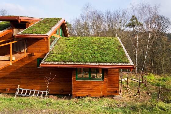 Dřevostavbě zelená střecha sluší.