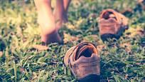 Zujte boty a vykročte na boso