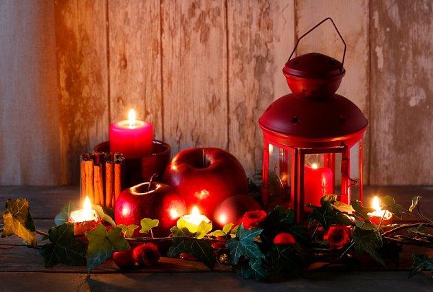 Vánoční dekorace v červené, u níž jablka nesmějí chybět.